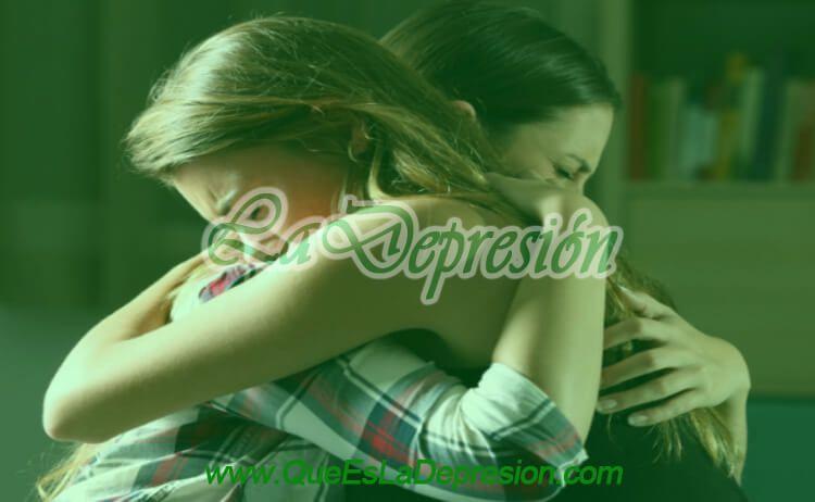 Mujeres abrazándose tras una ruptura sentimental