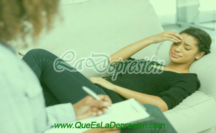 Mujer con tratamiento psicológico para superar una ruptura amorosa