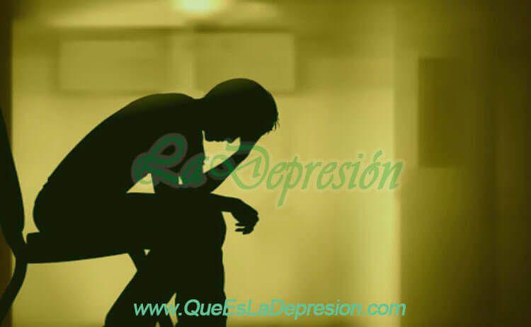 Hombre sentado, preocupado y deprimido