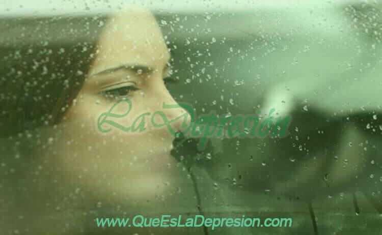 Mujer deprimida mirando a través de una ventana