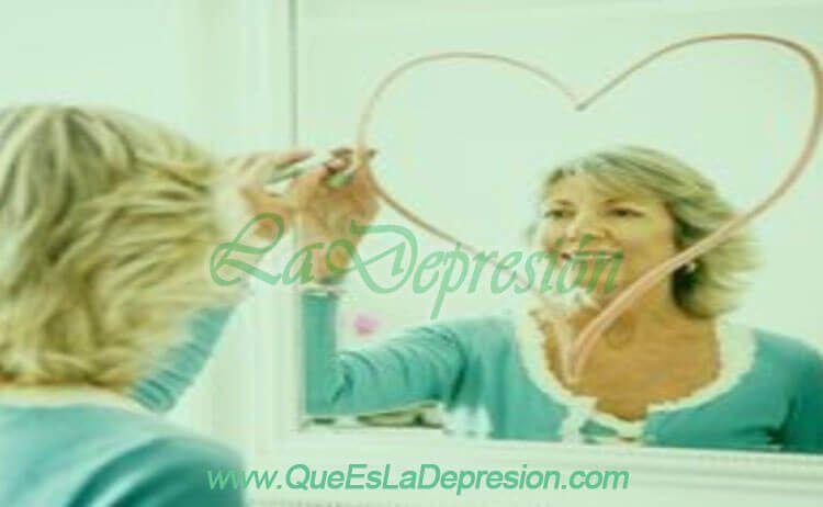 Mujer adulta dibujando un corazón en un espejo
