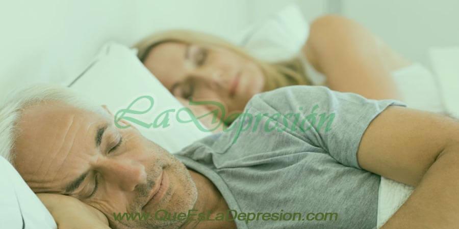 Hombre y mujer durmiendo