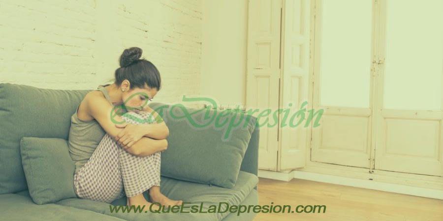 Mujer con sintomas físicos de la ansiedad