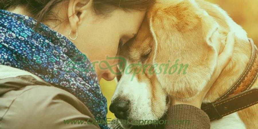 Mujer con perro labrador con depresión