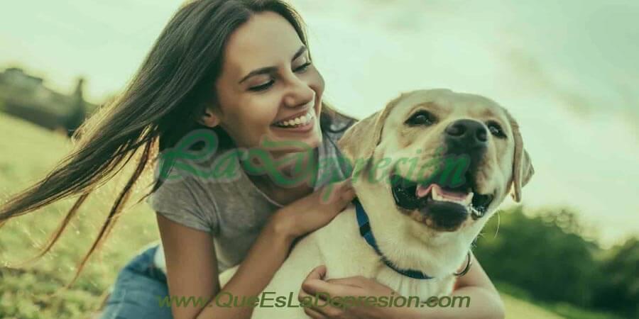 Mujer con perro jugando