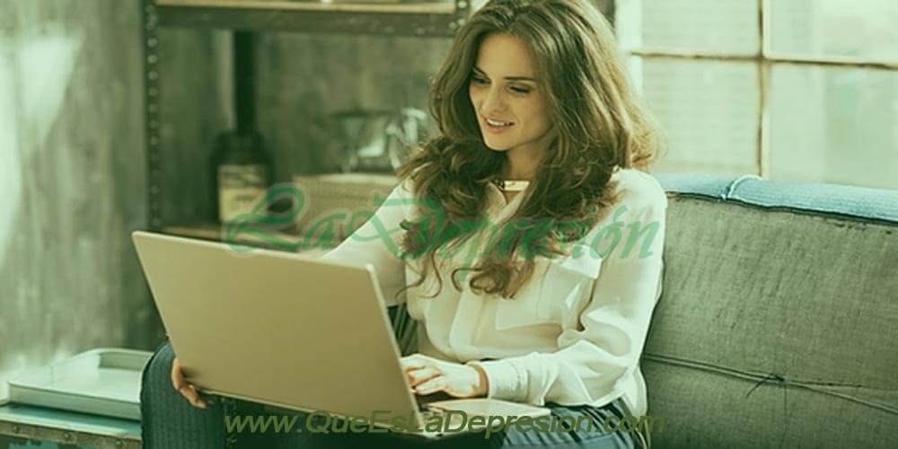 Jovencita trabajando en su laptop
