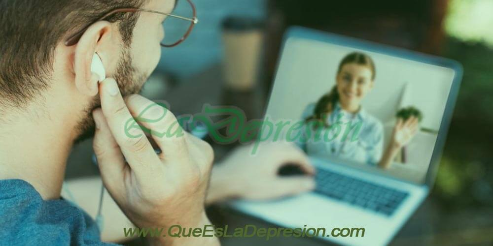 Hombre realizando terapia online
