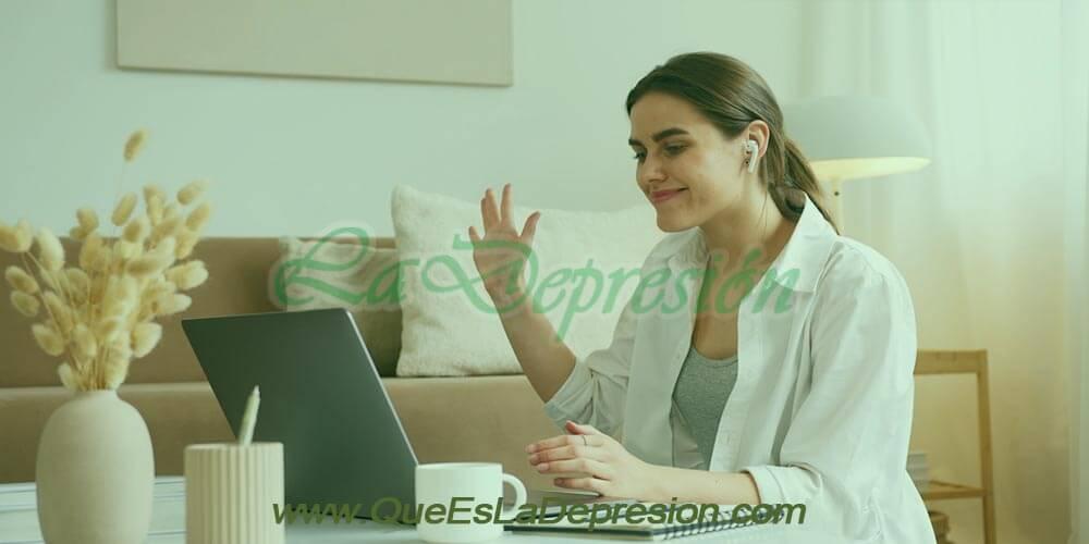 Joven haciendo terapia psicológica online