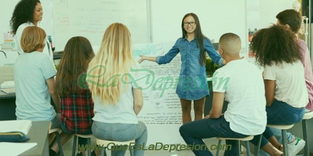 Grupo de jóvenes reunidos